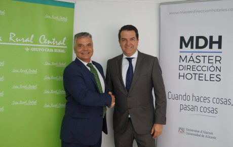Jorge Juan Morales (Director Caja Rural Central) y Javier Jiménez (Director técnico del Máster en Dirección de Hoteles de la UA) en el momento de formalizar el acuerdo de financiación
