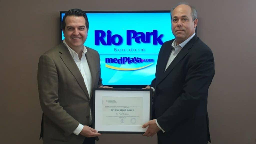 Irving Ribot recibe un reconocimiento de manos de Javier Jiménez, Director del Máster de Dirección de Hoteles de la UA.