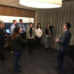 El profesor Daniel Agar explicando las diferentes secciones del buffet momentos previos al taller
