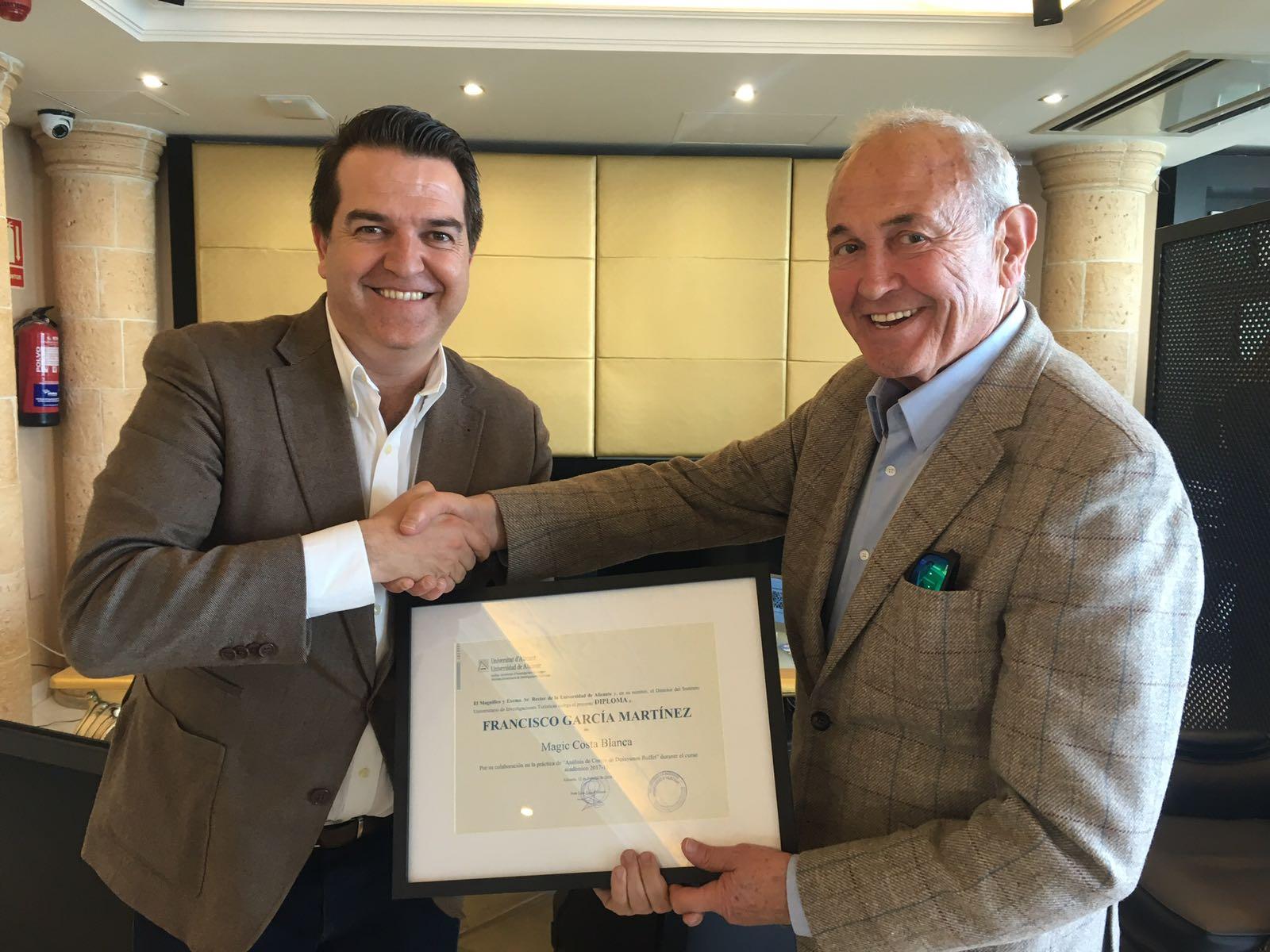 Francisco García recibe un reconocimiento de manos de Javier Jiménez, director del Master de Dirección de Hoteles de la UA